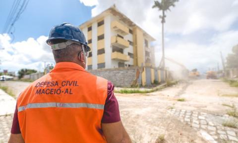 Edificações com risco de desabamento são demolidas no bairro Pinheiro